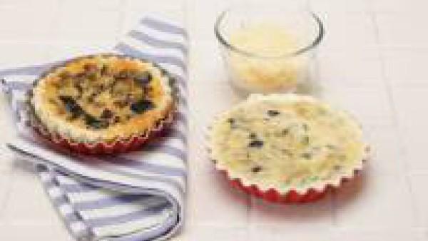 Rellena con la mezcla de las berenjenas el hojaldre y cubre con el queso rallado. Hornea a 200ºC. durante 30 minutos. Sirve caliente o frío.