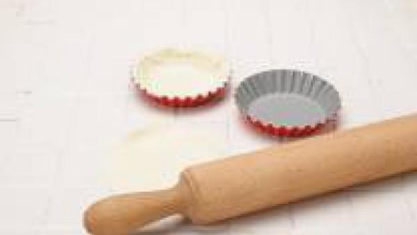 Se forra un molde previamente engrasado con la pasta de hojaldre