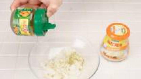 Pica finamente el bacalao, bien desalado, añade una pizca de Avecrem desmenuzado y mezcla con la salsa bechamel, preparada con la leche, siguiendo las instrucciones del sobre.