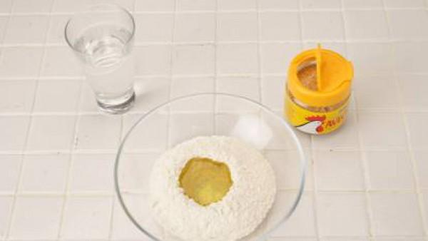 Pon la harina en un cuenco y añade 70 ml de aceite, un pellizco de Avecrem Caldo de Pollo Granulado y un vasito de agua. Trabaja hasta conseguir una pasta lisa. Divídela en dos porciones y estíralas e