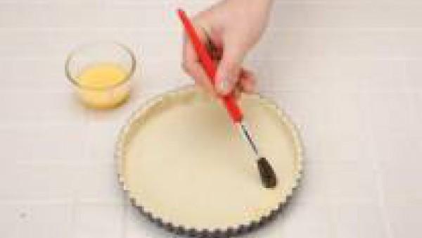 Engrasa un molde y fórralo con una parte de la masa. Añade el relleno y tapa con la otra parte de masa. Cierra los bordes y pinta la superficie con yema. Introduce en horno precalentado a 180º C duran