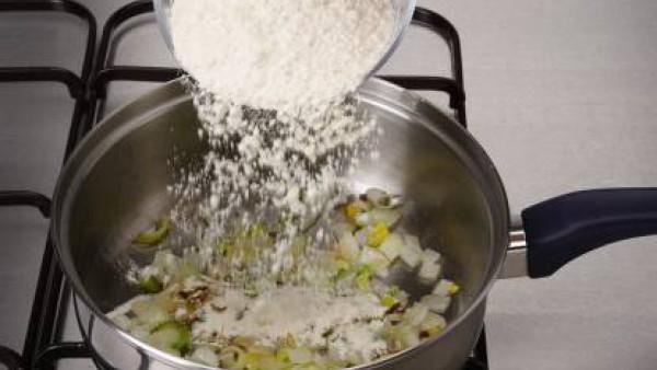 Saltea en la mantequilla los puerros e incorpora el sofrito de cebolla. A continuación, espolvorea con la harina y remueve bien.