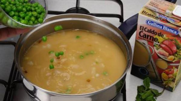 Regar agua y la pastilla de Avecrem Dúo Legumbres estofadas y lleva a ebullición. Agregar la hierbabuena y los guisantes. Deja cocer hasta que estén tiernos. Unos 20 minutos.