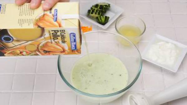 Corta los pepinos y tritúralos junto con los yogures y el zumo de limón. Añade el litro de Caldo Casero de Pollo 100% Natural Gallina Blanca frío.