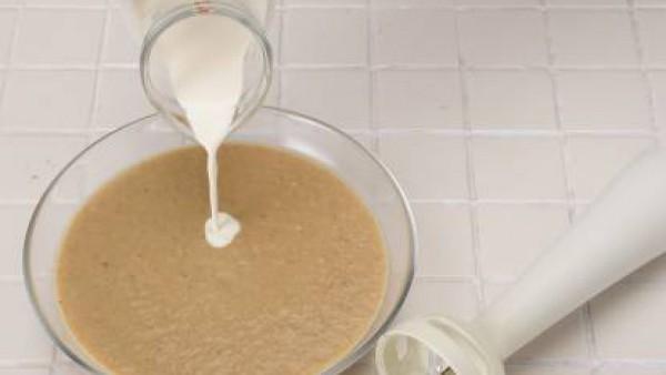 Tritúralo todo y añade la nata líquida, mezclando bien. Sirve caliente.