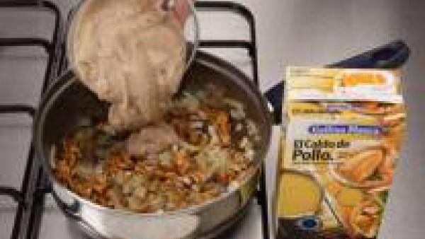 Una vez evaporado el alcohol, añade el puré de castañas junto con el Caldo Casero de Pollo 100% Natural. Cuece durante 20 min. a fuego suave removiendo de vez en cuando.