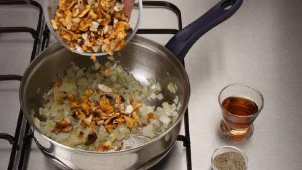 Sofríe la cebolla picada en una cacerola con mantequilla. Agrega las setas picadas y rehogarlas. Añade un poco de pimienta y riega con el Jerez.