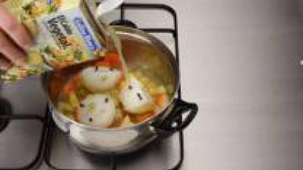 Pon las zanahorias, las patatas y las cebollas en una cacerola y cubre con el caldo.