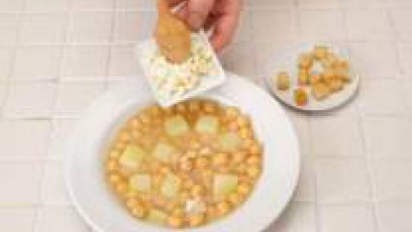 Sirve con un poco de huevo duro picadito y pan frito.