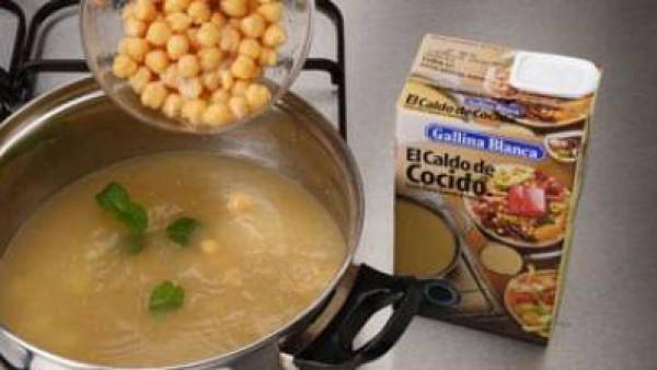 Cuece las patatas en el Caldo Casero de Cocido 100% Natural Gallina Blanca durante unos 15 min. Después, incorpora los garbanzos enjuagados con agua, añade la menta fresca y cuece 5 min. más.