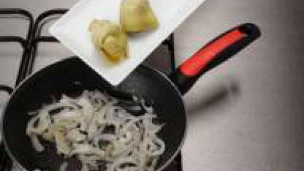 Fríe la cebolla y el ajo en aceite e incorpora las alcachofas.