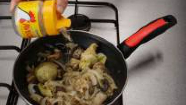 Deja cocer hasta que reduzca el líquido y sazona con Avecrem Caldo de Pollo Granulado en los últimos minutos.