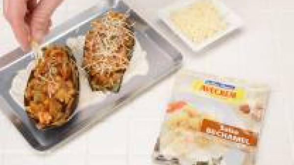 Rellena las bases de berenjena. Decora con un fondo de Mi Salsa Bechamel, preparada con la leche siguiendo las instrucciones del sobre. Coloca las berenjenas rellenas, esparce el queso por encima y gr