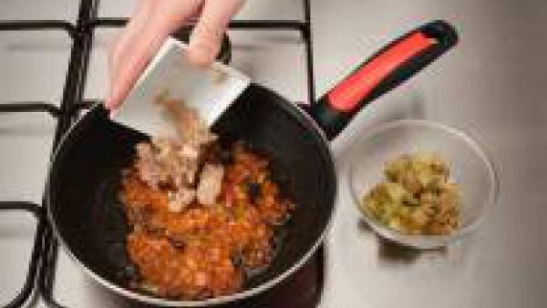 Rehoga el Sofrito de Tomate y Cebolla Gallina Blanca. Añade el ajo picado y el Tomate Frito Gallina Blanca. Deja cocer durante 5 minutos; agrega la pulpa de las berenjenas y cuece un poco más. Retira