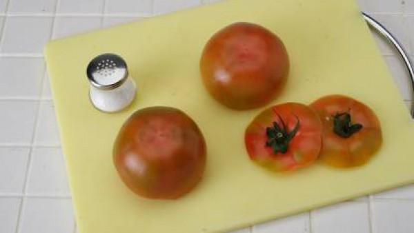 Corta la parte de arriba de cada tomate y quítale la carne. Sala y dejar boca abajo para que escurran. Mezcla el atún con las anchoas, la mayonesa, el zumo de limón y una pizca de pimienta y pásalo to