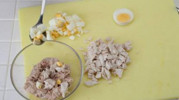 Sazona con Avecrem, rellena con la mezcla los tomates y tápalos con una rodajita de huevo. Colócalos sobre hojas de lechuga picada y sirve.