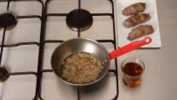 En una cazuela, pon la cebolla frita y el vino. Añade los rollitos de carne. Sazona con la pastilla de Avecrem Bajo en Sal y cuece a fuego suave unos 15 minutos.