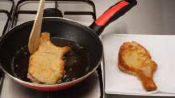 Rehoga el bote de sofrito, sofríe durante 5 min. y  tritura para confeccionar una salsa. <br /> Fríe las chuletas en aceite caliente y sirve con la salsa.