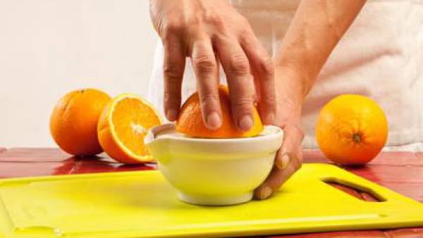 Exprime el zumo de dos naranjas y viértelo en un cazo junto con el fondo de cocción. Disuelve en él la maicena, el azúcar y el Avecrem Carne -30% de Sal desmenuzado. Deja cocer hasta que espese.