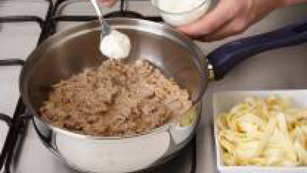 Cocer a fuego suave hasta que esté todo cocido. Se puede servir con arroz blanco o pasta.