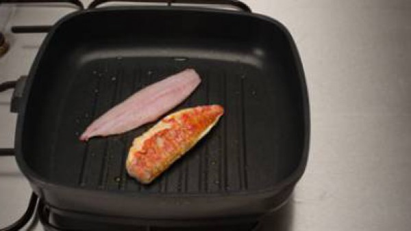 En una plancha o sartén ligeramente engrasada, hacer los lomos de pescado, sazonados con el  Avecrem 100% Natural Pescado y Marisco. Servir el pescado rodeado de la vinagreta.