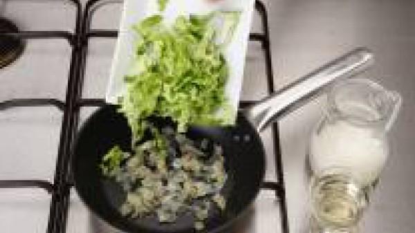 Limpia, lava y corta el repollo en tiritas. Añade el repollo a las chalotas y rehoga 5 minutos. Riega con el vino blanco y dejar consumir. Añade la nata. Acompaña el salmón con las ciruelas y el repol