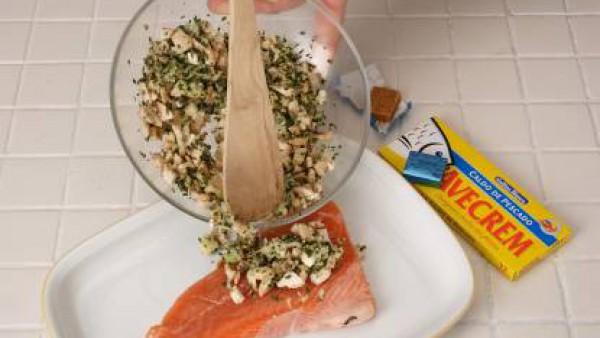Pon una suprema de salmón sobre un poco de mantequilla en la fuente de horno, sazona con la pastilla de Avecrem 100% Natural Pescado y Marisco Gallina Blanca desmenuzada y cubre con la pasta del relle