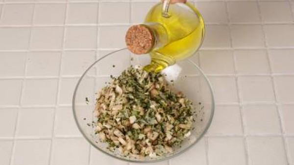 Limpia los champiñones y pícalos con el perejil, la cebolla, la ralladura de limón, el pan rallado y el zumo de limón y aceite.