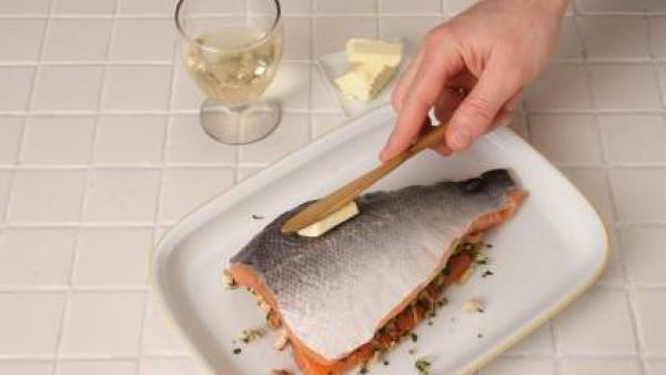 Cubre con la otra suprema, unta por encima un poquito de mantequilla y esparce el ajo a láminas. Riega con vino y hornea a 200º C durante 30 minutos. Sirve en rodajas y recién hecho.