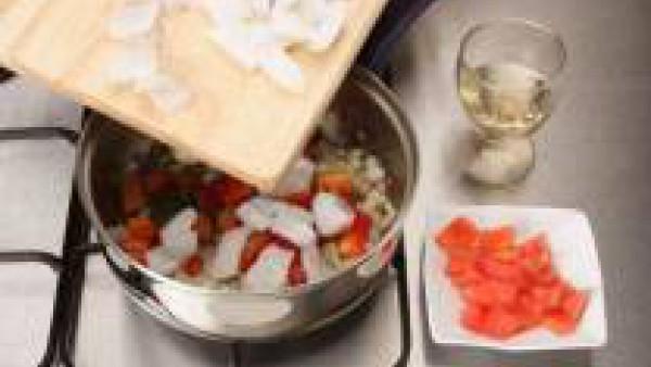 Añade la sepia limpia y troceada. Deja que tome color y vierte el vino. Espera que evapore y agrega los tomates pelados y cortados.