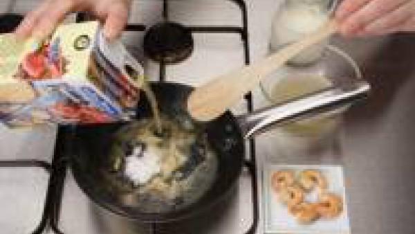 Saltea las gambas en aceite. Retira y reserva. Añade la harina y cuece unos minutos. Incorpora poco a poco el caldo de pescado, la leche y el caldo reservado y colado. Remueve para que no se formen gr