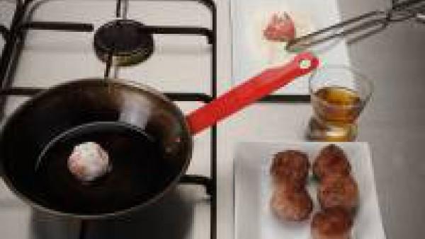 Forma varias albóndigas, pásalas por la harina y fríelas en una sartén con el aceite restante durante 5 minutos. Flaméalas con el Calvados o el licor de manzana y riégalas con la salsa de manzana cali