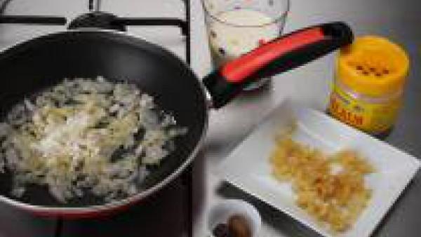 Pela la cebolla, pícala y rehógala en una sartén con una cucharada de aceite durante 4 minutos o hasta que esté dorada. Espolvorea con la cucharada de harina, tuéstala un minuto y agrega una manzana y
