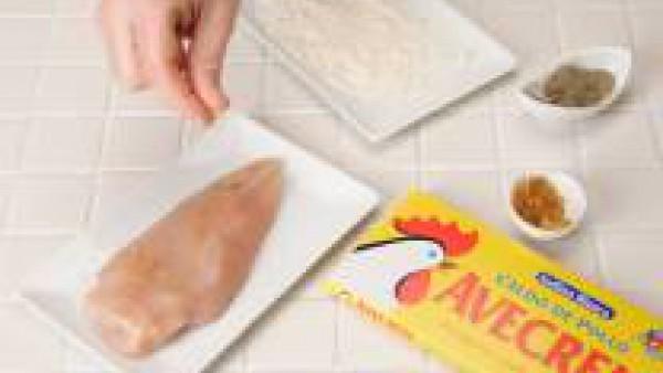 Sazona las pechugas de pollo con Avecrem Caldo de Pollo desmenuzado y pimienta, enharínalas y dóralas ligeramente en una sartén con aceite caliente.