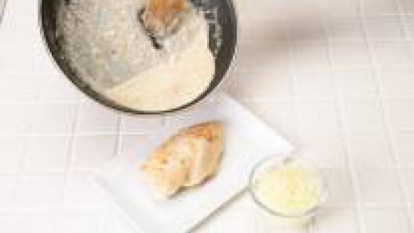 Escurre las pechugas y trasládalas a una fuente refractaria. Cubre con la salsa obtenida y espolvorea con el queso rallado. Gratina y sirve.