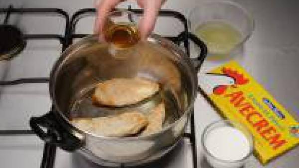 Dora las pechugas en una cazuela con un poco de aceite y sazónalas con Avecrem Caldo de Pollo desmenuzado y ligeramente enharinadas. Agregar el jerez, deja evaporar y añade el zumo de la lata de piña