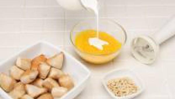 Tritura la salsa y añade los piñones y la nata líquida. Vierte sobre el pavo. Remueve y sirve.