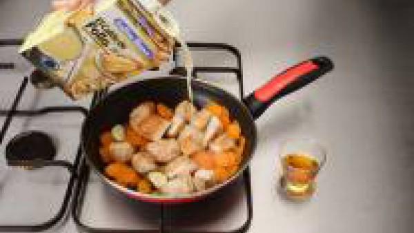 Agrega el de Caldo Casero de Pollo 100% Natural Gallina Blanca y el Oporto, déjalo cocer a fuego lento durante unos veinte minutos.