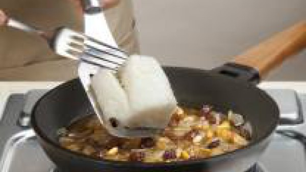 Deja cocer a fuego lento durante 10 minutos. A continuación, añade el bacalao y sigue la cocción durante 5 minutos más. Espolvorea con la pastilla de Avecrem y remueve bien para que se integren los sa