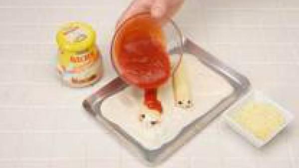 Cubre una fuente de horno con una capa de bechamel. Coloca encima los canelones, una capa de Tomate Frito Gallina Blanca y la bechamel restante. Espolvorea de queso rallado y gratina.