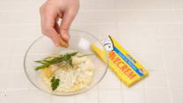 Mezcla en un bol la miga de pan con las cebolletas picadas, una cucharada de mantequilla blanda, el huevo, las hierbas, la nata y la pastilla de  Avecrem 100% Natural Pescado y Marisco desmenuzada.