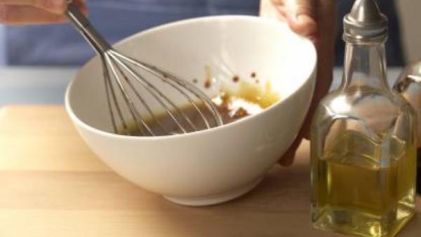Preparar la vinagreta en un bol mezclando todos los ingredientes, todo sazonado con Avecrem Caldo de Pollo, hasta que queden bien integrados.