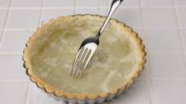 Introduce la pasta en el horno, precalentado a 180º, durante 10 min. y pínchala con un tenedor.