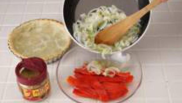 Mezcla las cebollas con los pimientos y repártelos por encima de la masa ya horneada.  Espolvorea con la pastilla de Avecrem.  Hornea 20 min. más.