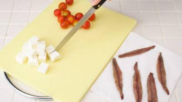 Lava bien los tomates y escurre.  Corta el queso de Burgos en trozos regulares y escurre bien las anchoas.