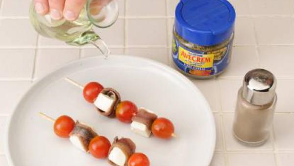 Espolvorea las brochetas con orégano, pimienta y el aceite de oliva con  Avecrem Verduras -30% de sal.  Sirve dos brochetas por comensal.