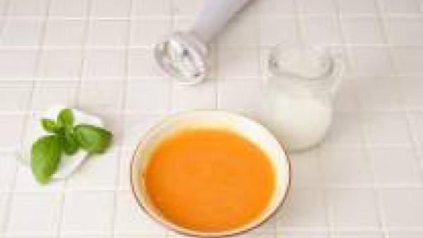 Segundo paso crema fría de tomate, pimiento y albahaca