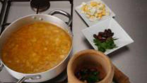 Pon una cazuela al fuego el caldo colado y cuando esté caliente, añade el arroz y los taquitos de jamón.