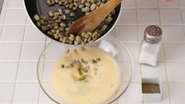 En una sartén con un poco de aceite echa la mezcla y distribúyela bien por el fondo de la sartén. Cuando esté bien cocida por un lado, dale la vuelta y déjala cocer por el otro lado. Sírvela caliente.