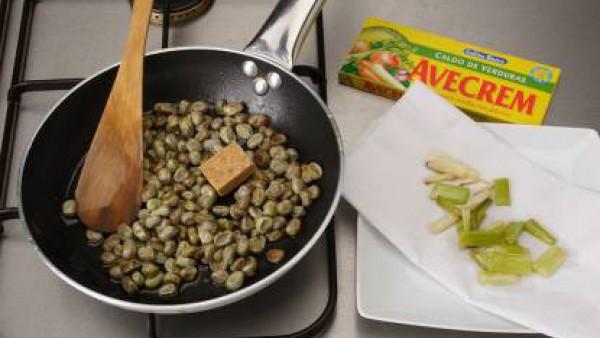 En el mismo aceite echa las habas junto con una pastilla Avecrem 100% Natural 8 Verduras desmenuzada, dejándolas cocer a fuego muy lento. Cuando estén tiernas, escúrrelas bien del aceite. En un bol ba
